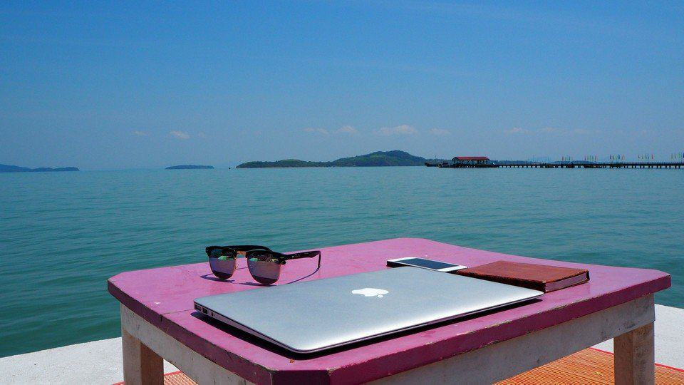 THE PROS AND CONSOF AN ECOMMERCE BUSINESS AS A DIGITAL NOMAD